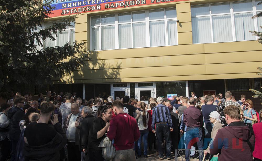 В Луганске заработал первый пункт по приему документов на гражданство РФ