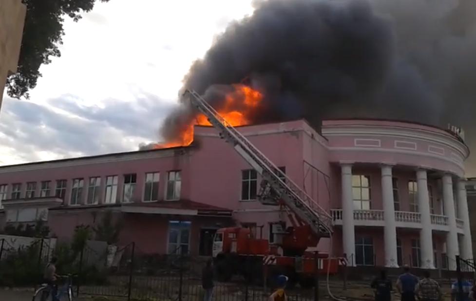 В Стаханове сгорел кинотеатр «Мир»