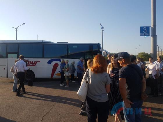 «ЛНР» отправила в Россию первый автобус с желающими получить российские паспорта