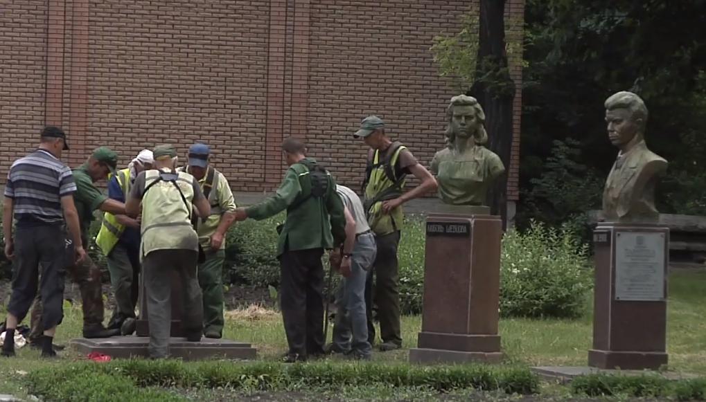 В Луганске упал бюст мологвардейцу