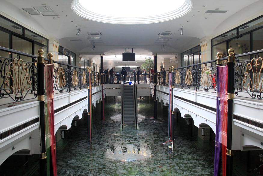 В Донецке затопило неработающий торговый центр и подземную парковку