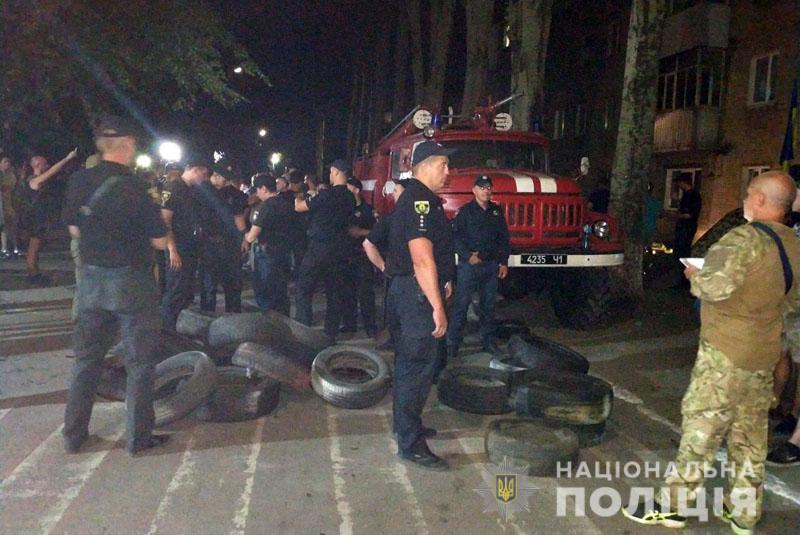 Под зданием окружной комиссии в Покровске акция протеста: на место отправили вертолет со спецназом