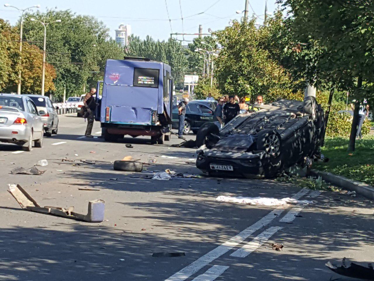 За рулем одного из авто, попавшего в ДТП в Донецке, мог быть военный, — соцсети
