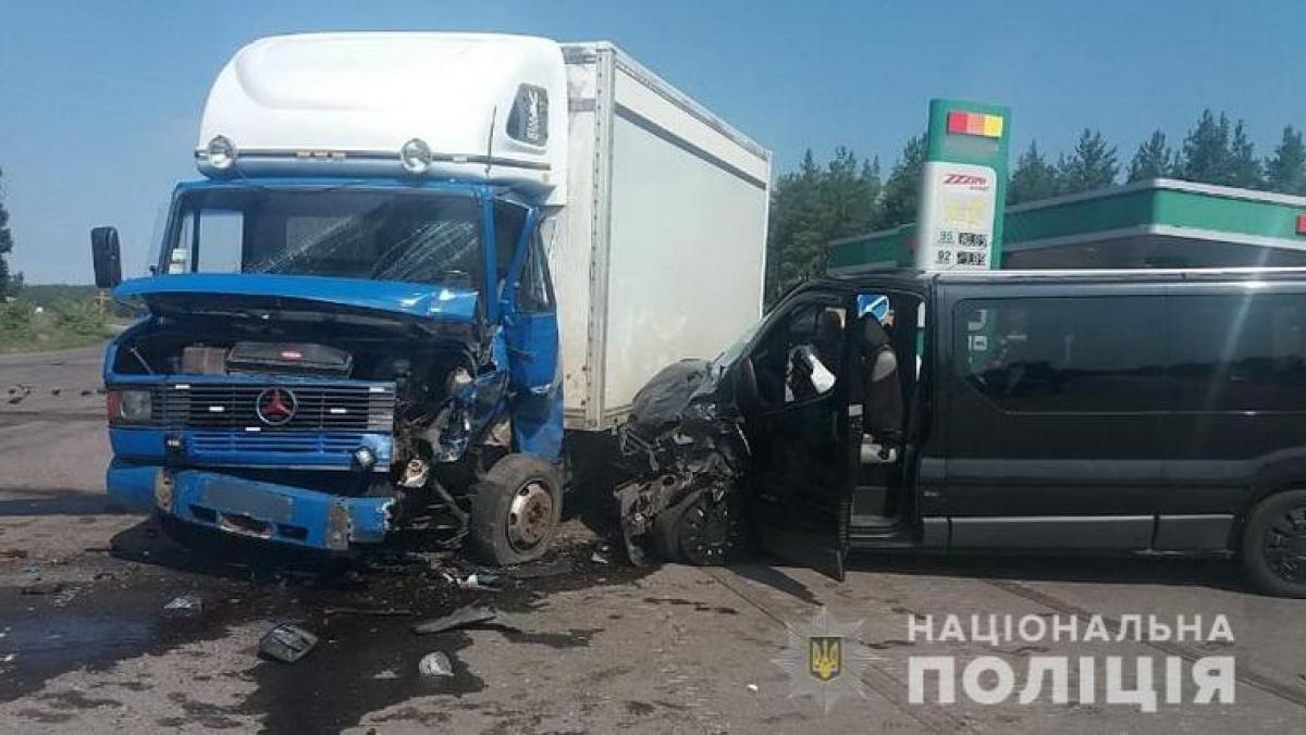 На Луганщине маршрутка въехала в грузовик: 8 пострадавших