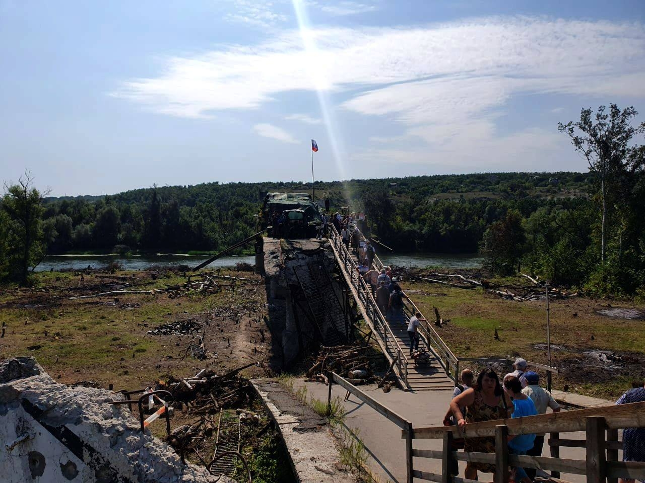 Разбирать фортификационные сооружения у моста в Станице Луганской начали, но скоро прекратили