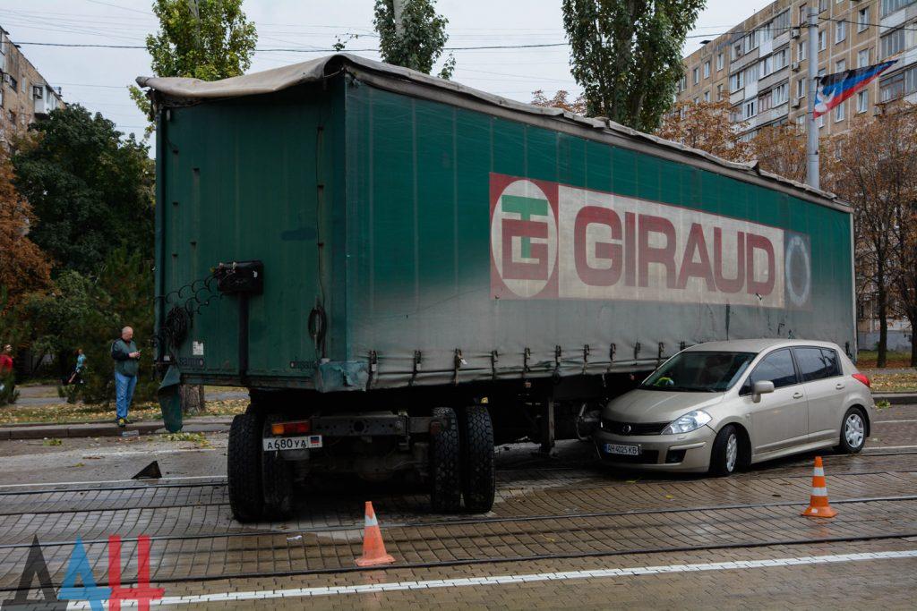 ДТП в Донецке: легковой автомобиль врезался в фуру