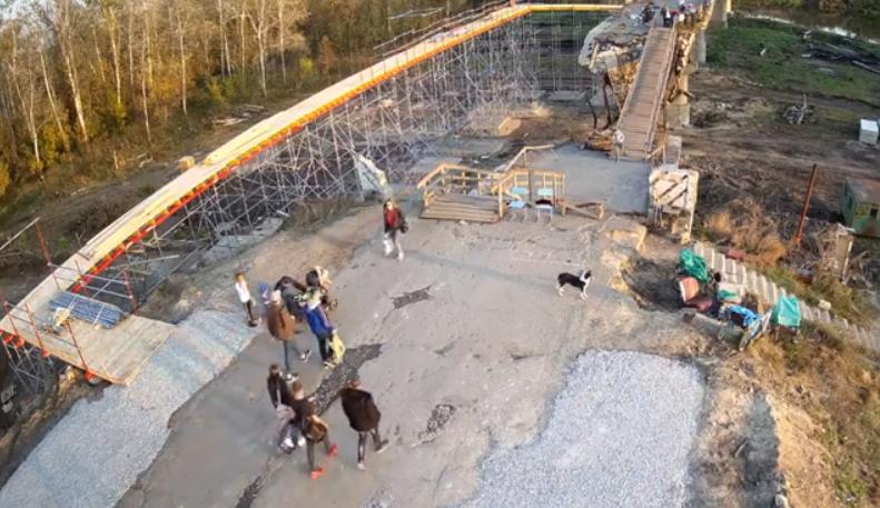 Временный мост соединил части разрушенного моста