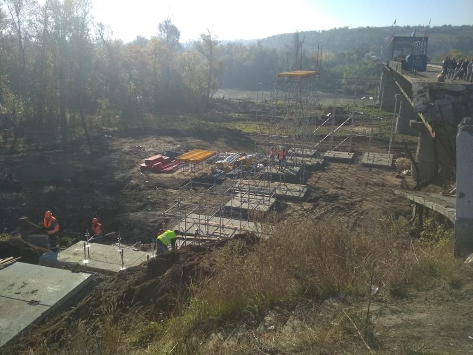 В Станице Луганской уже появились опоры для временного моста