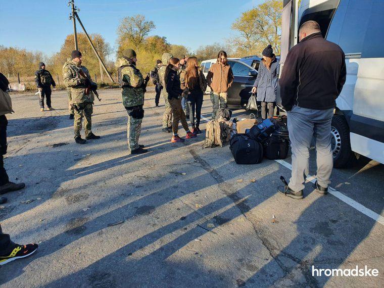 Между добровольцами, которые едут в Золотое, и полицией произошло столкновение