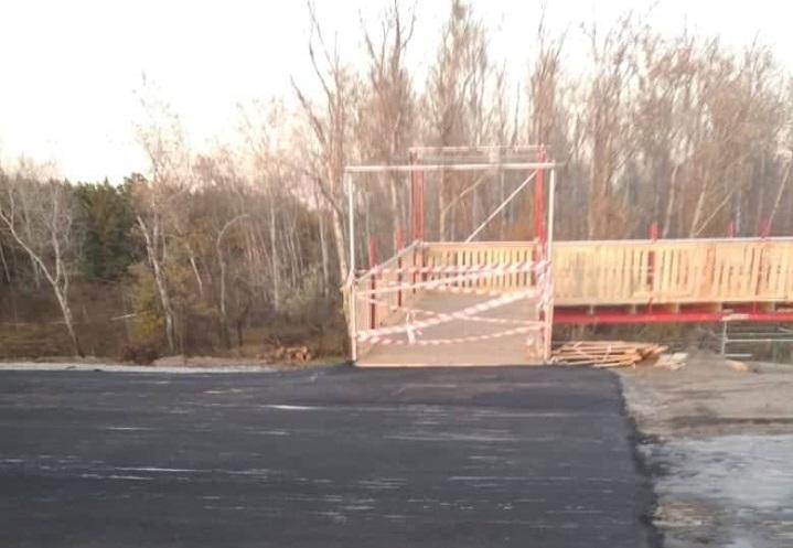Временный мост в Станице Луганской закончен: поставлены перила и защитное ограждение