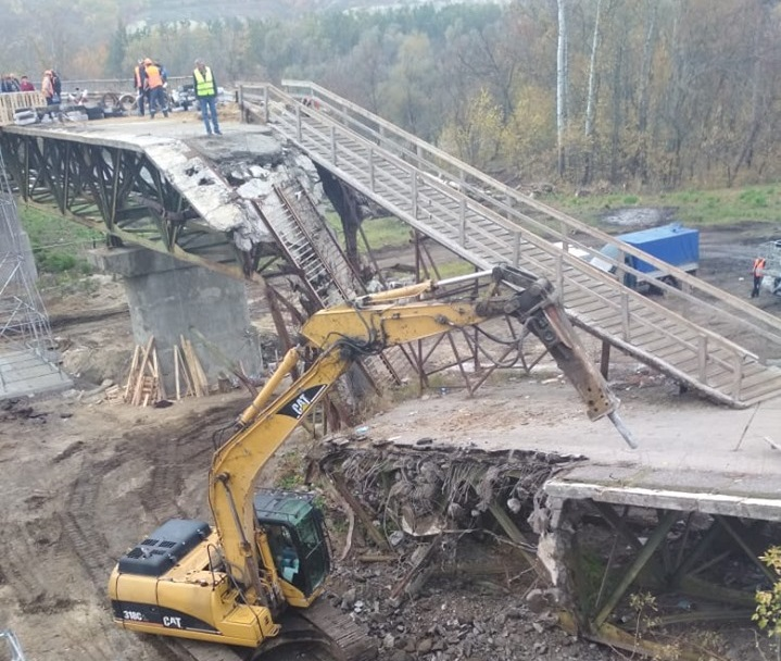 В Станице Луганской начали демонтировать разрушенный мост