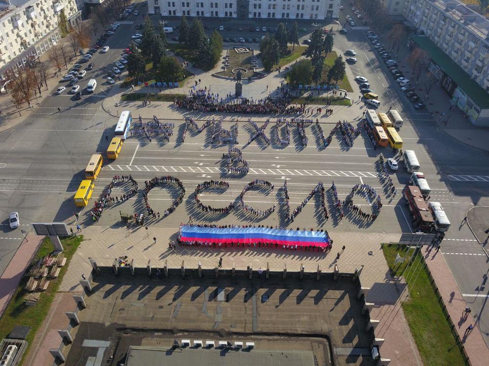 В Луганске детей выстроили в лозунг «Мы хотим в Россию»