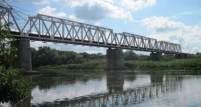 «ЛНР» укладывает рельсы на железнодорожном мосту в Станице