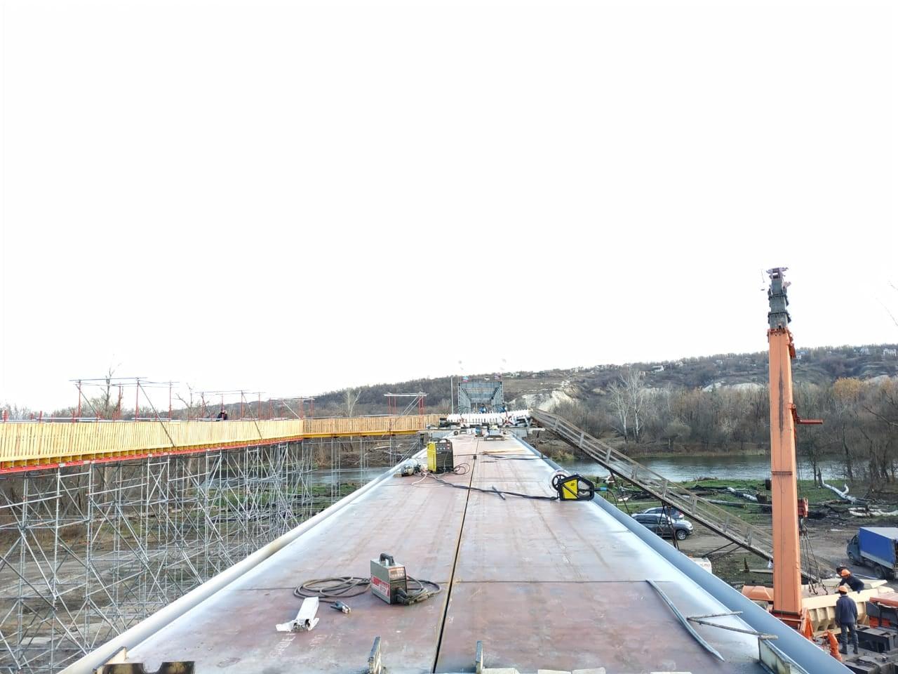 На отремонтированном мосту в Станице Луганской закончили укладку металлоконструкций