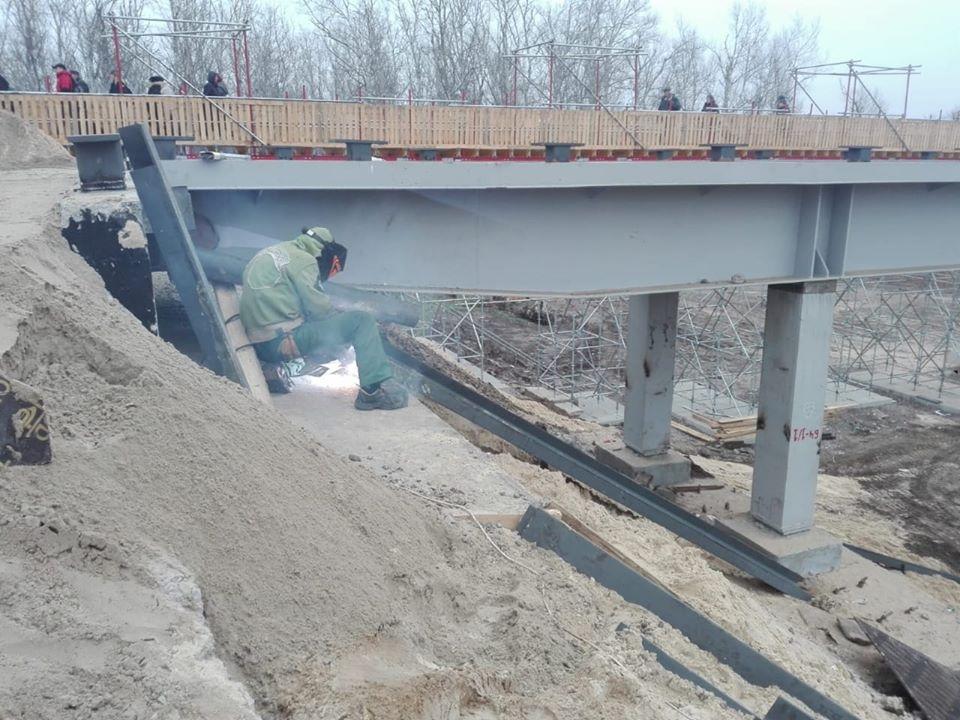 На новом мосту возле Станицы Луганской устанавливают перилла