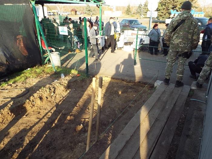 На КПВВ «Станица Луганская» делают еще одну полосу для прохода людей