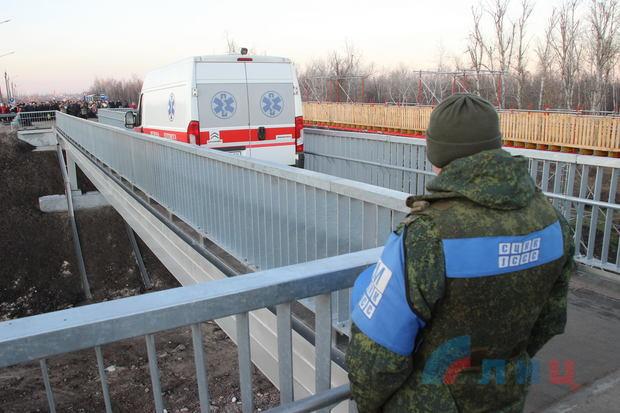 В Станице Луганской проверили, сможет ли скорая проехать по восстановленному мосту