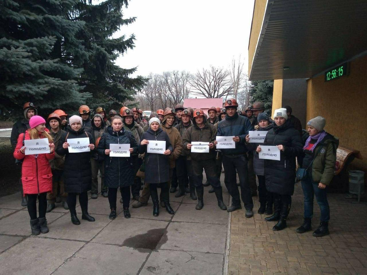 На Донбассе шахтеры начали подземный протест, их жены – голодовку