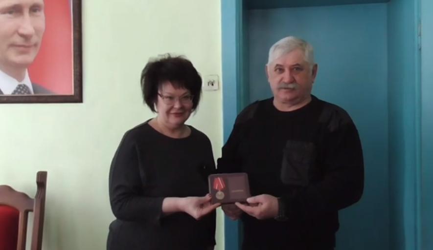 Атамана Козицына наградила медалью бывшая пленница Косогора
