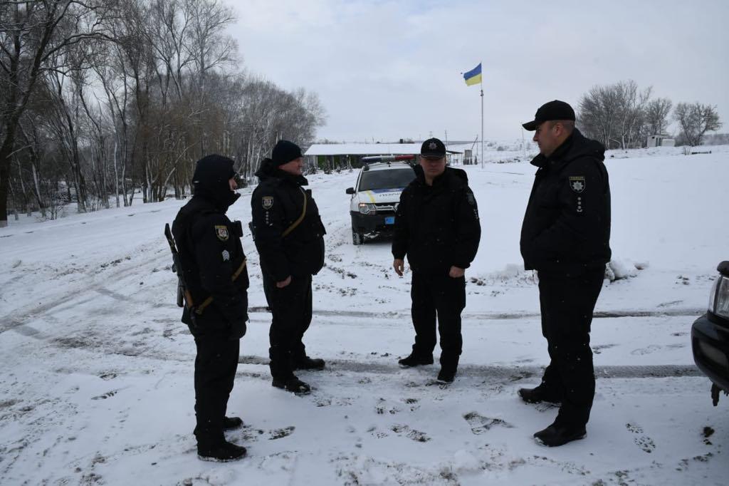 В Луганской области полиция вытаскивала грузовик, который не смог подняться на гору