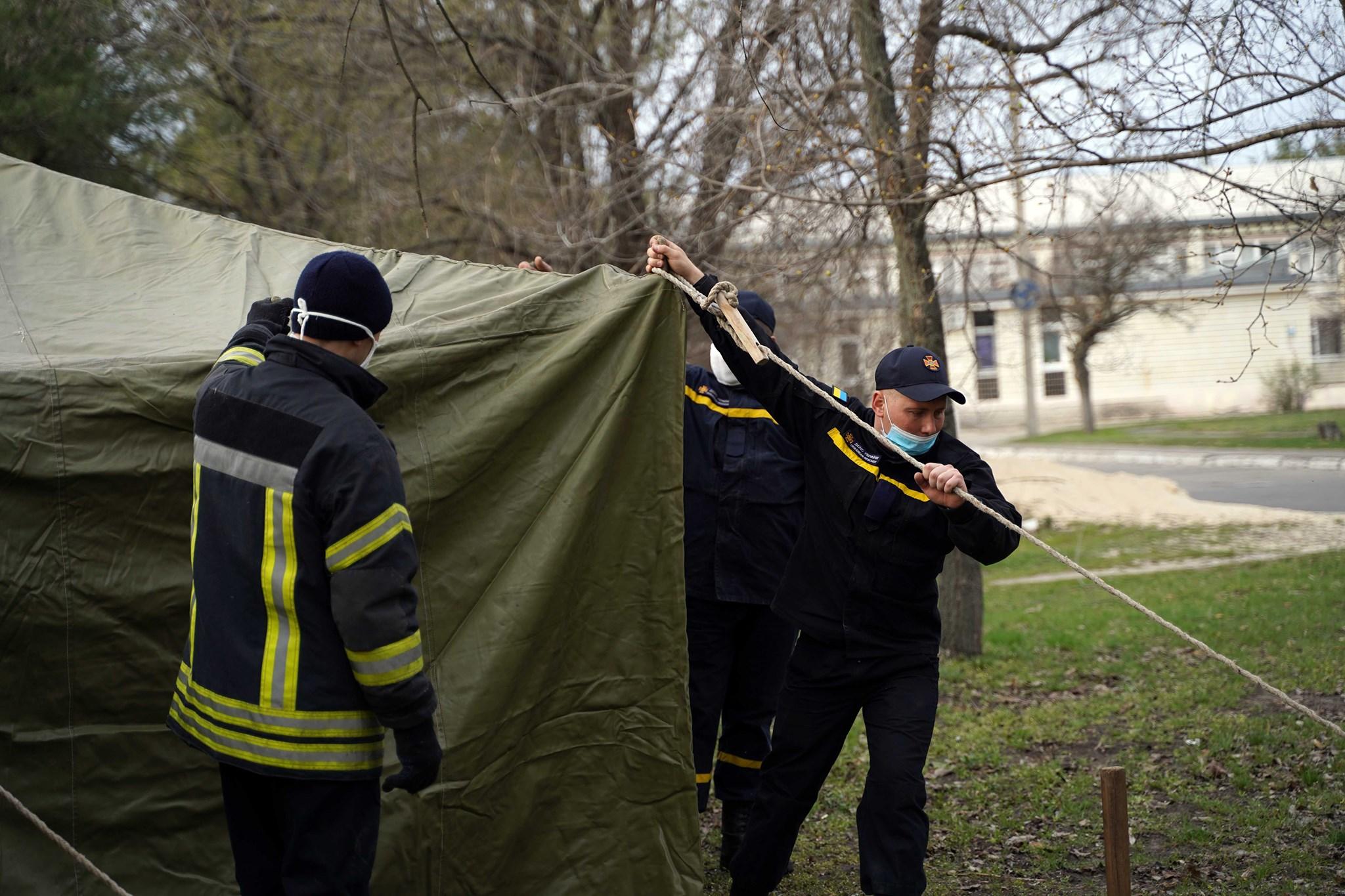 На Луганщине устанавливают палатки для приема больных коронавирусом