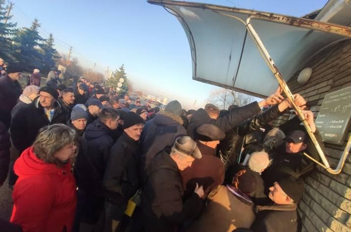 Жители Луганска штурмовали «МРЭО», чтобы перерегистрировать автомобили
