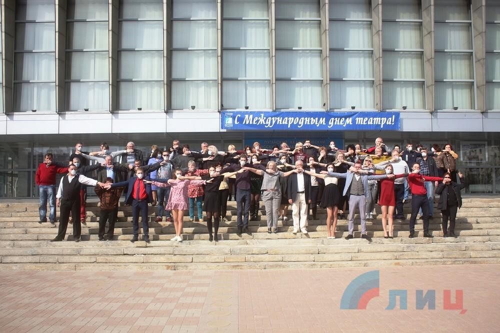 В карантинном Луганске провели флешмоб и позвали на него пенсионеров