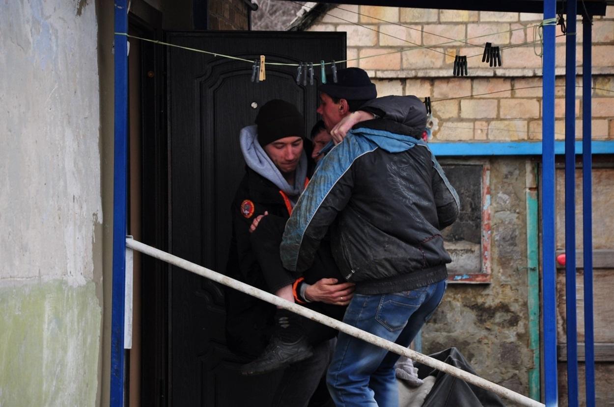 Как в Часов Яре спасают брошенных стариков из серой зоны