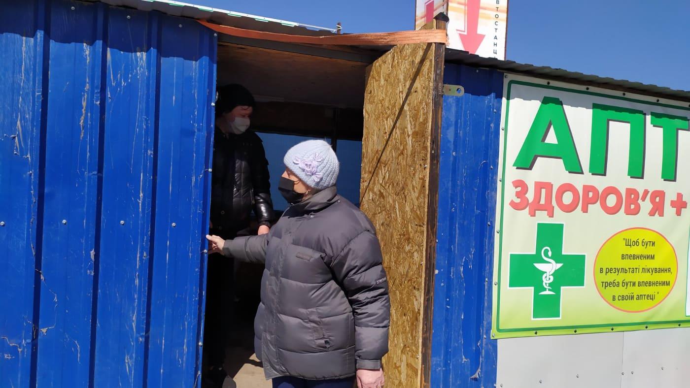 Возле КПВВ «Станица Луганская» в киоске для овощей живет женщина, которая не может вернуться домой