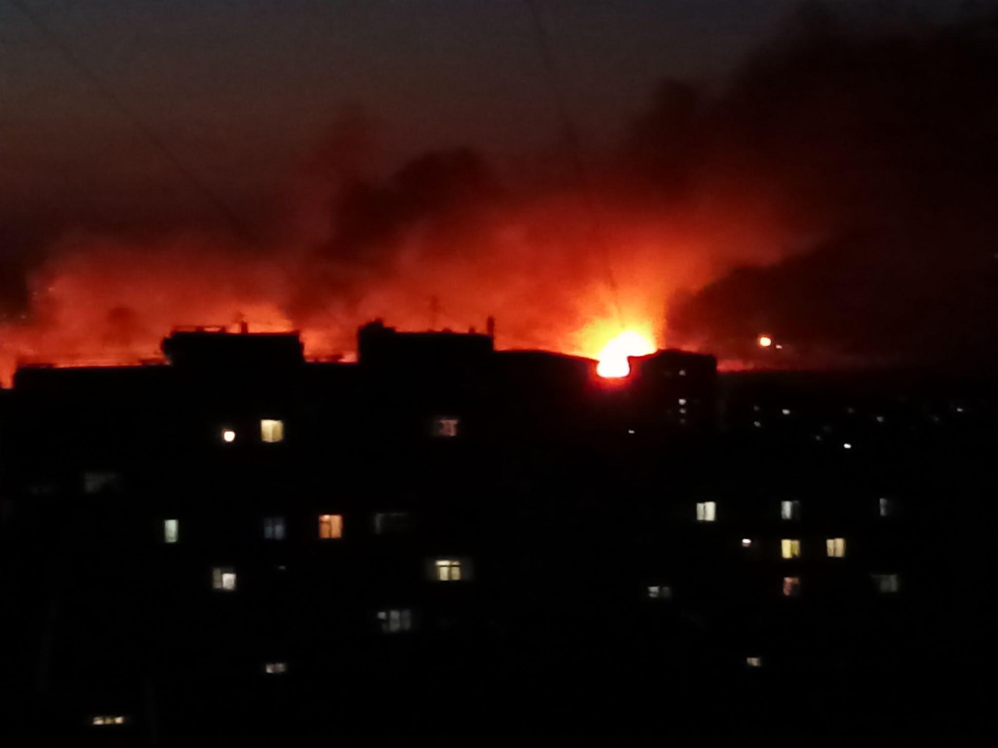 В Луганске горят камыши. Зарево пожара видно с разных концов города