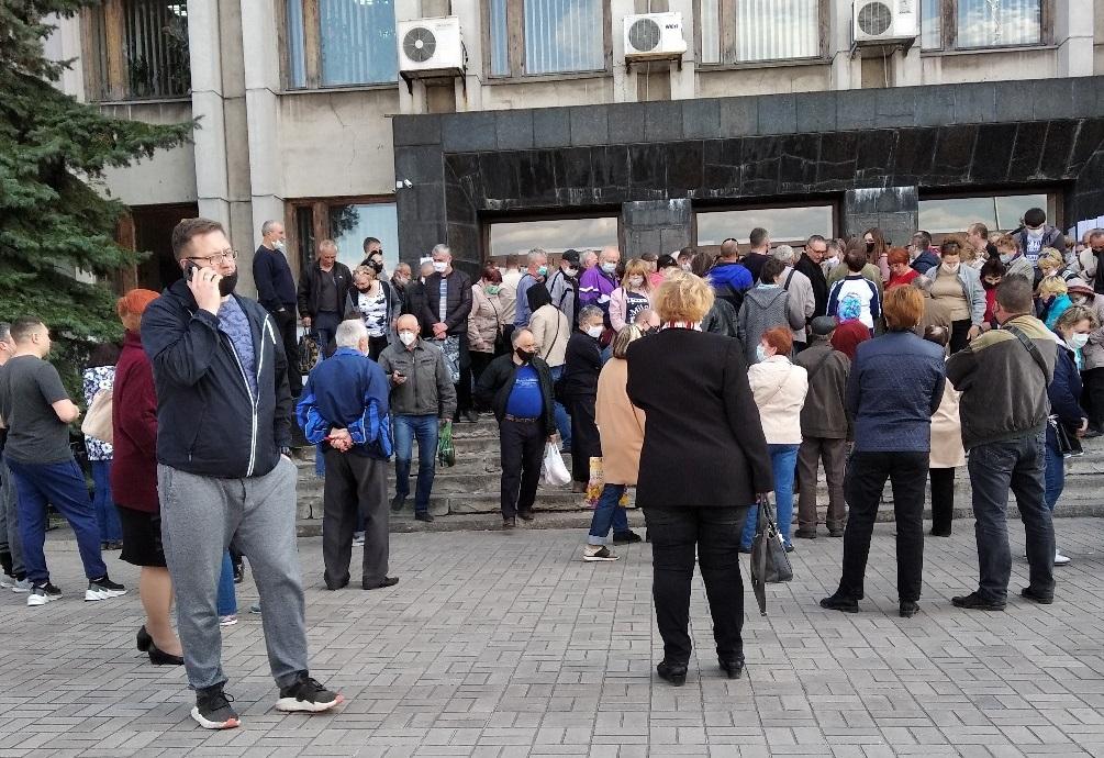 В Алчевске толпа людей пришла в городскую «администрацию» за пропусками на дачи