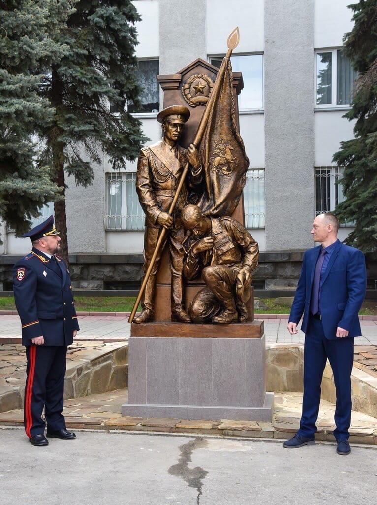 В Луганске открыли памятник, изображающий «беркутовца», целующего знамя «МВД ЛНР»