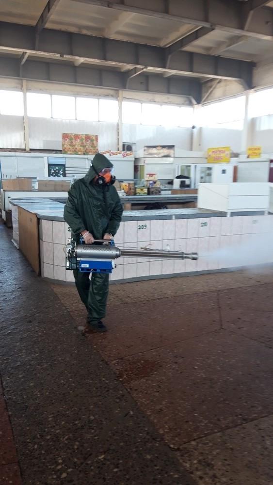В «ЛНР» дезинфекцию рынков проводят люди в дождевиках