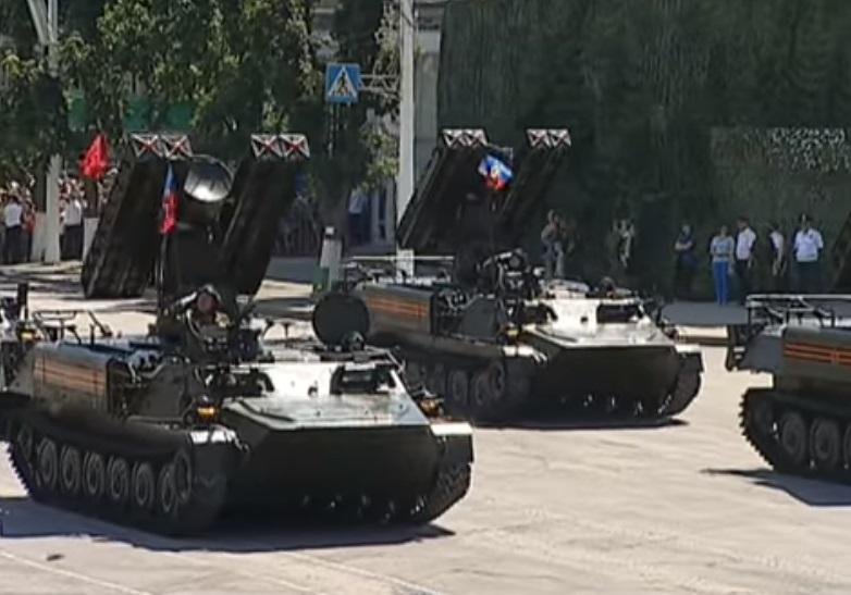 В Луганске провели парад поды в один день с Москвой