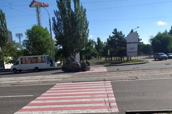 В Луганске автомобиль боевиков перевернулся на крышу