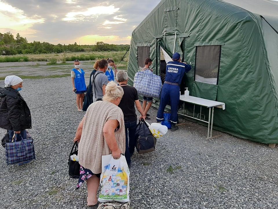 На КПВВ «Новотроицкое» третью неделю люди живут в палатке