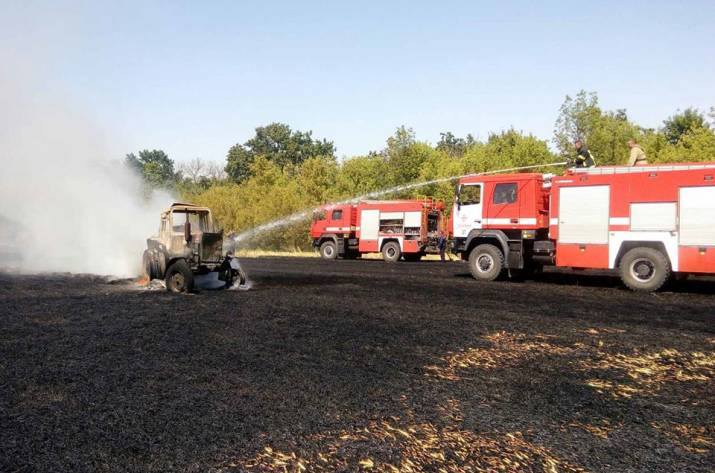 В Белокуракинском районе загорелся трактор и поле пшеницы
