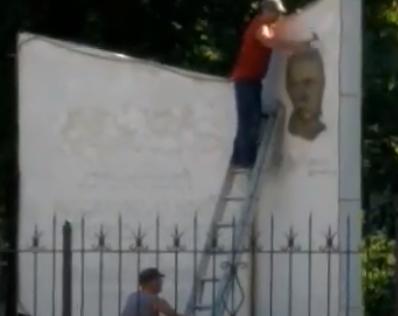 В Луганске со стелы на территории университета сбили барельеф Шевченко