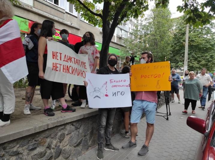 В Киеве прошла акция солидарности с Белорусью. На ней поддержали задержанных волонтеров «Восток-SOS»