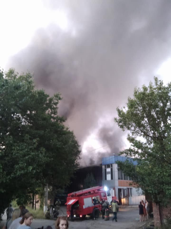 В Луганске горел склад в районе «100-го завода»