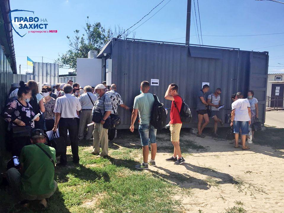 На КПВВ «Станица Луганская» появился вагончик, в котором за 1225 гривен можно сдать тест на коронавирус