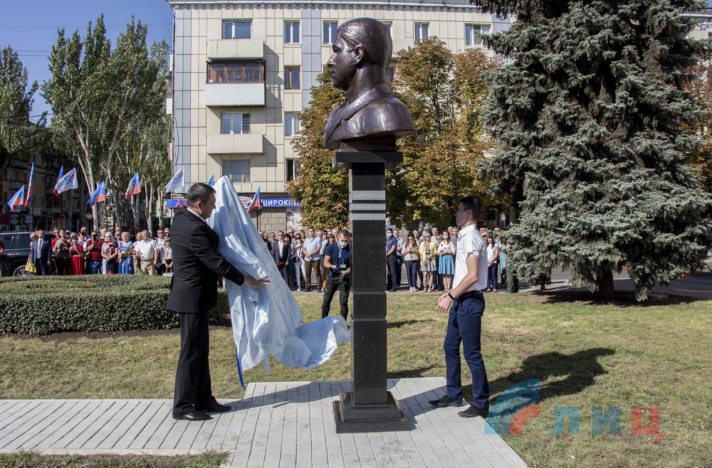 В Луганске открыли бюст «первому главе» Болотову