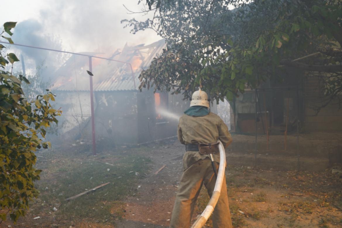 В Луганской области продолжают тушить пожар. Двоих людей доставили в больницу с ожогами