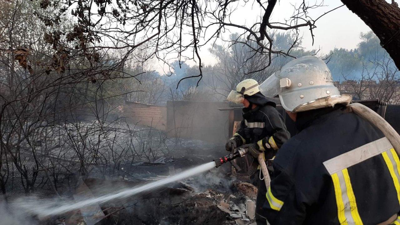 Из-за сильного ветра пожар возле Станицы Луганской угрожает перекинуться на жилые дома
