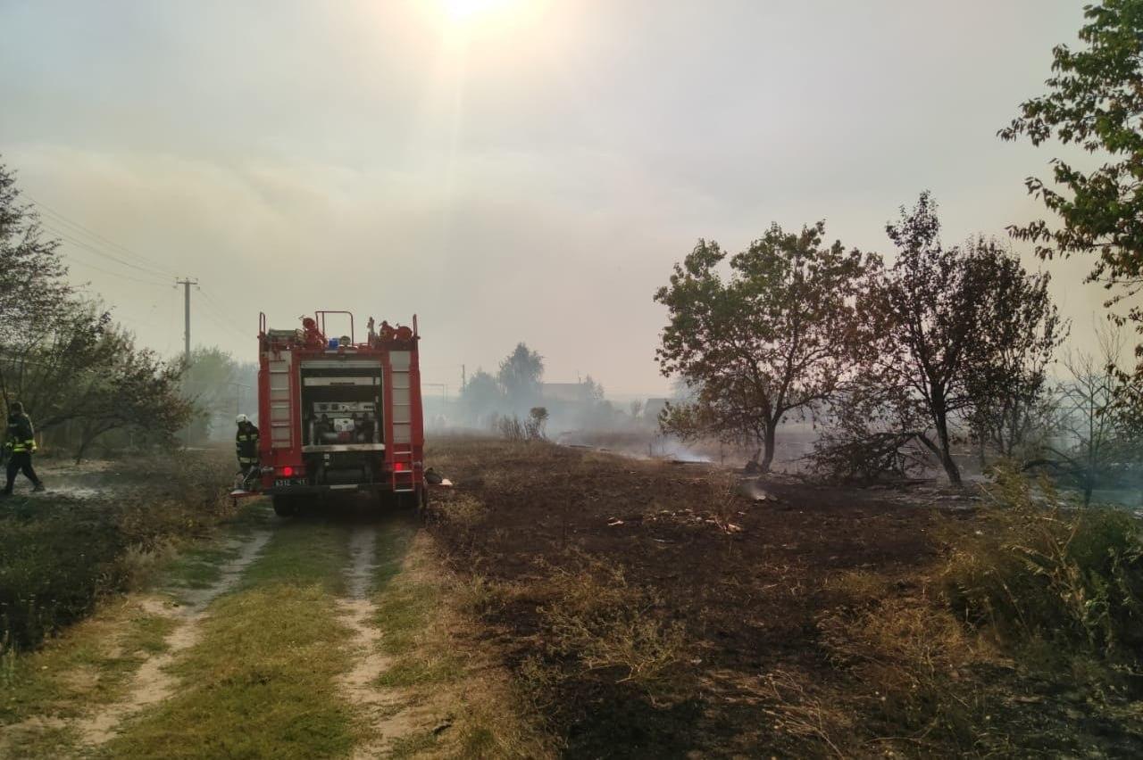 Пожар в Луганской области продолжают тушить