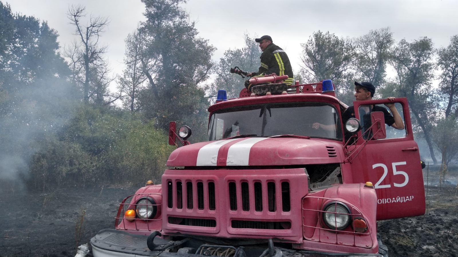 Пожар в Луганской области частично погасили. Трава продолжает тлеть возле села Старый Айдар