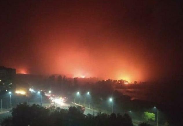 Пожары окрасили небо в красный цвет. Жители Северодонецка публикуют впечатляющее видео зарева