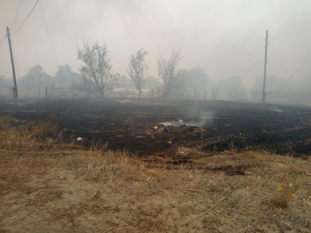 Огонь подбирается к 10 селам в Луганской области. В селе Артема уже сгорели 3 дома