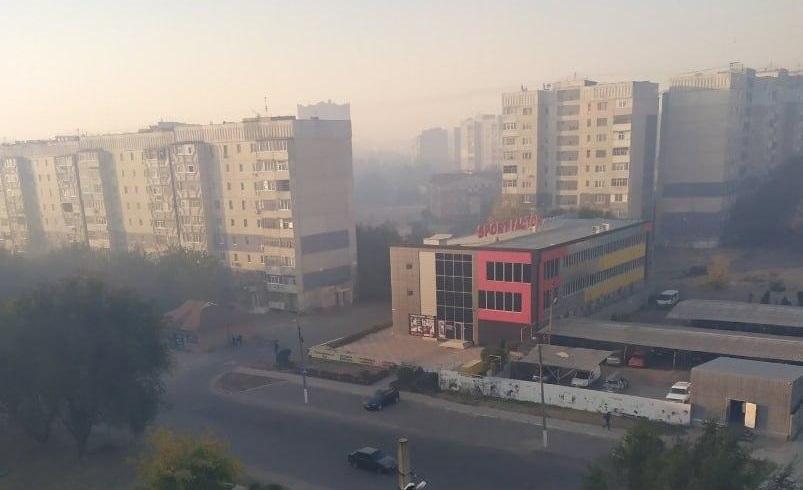 Луганск заволокло дымом. Людей призывают не выходить из дома