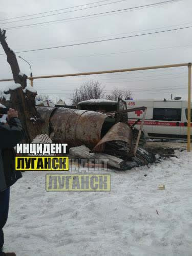 В Луганске УАЗ «военных» снес остановку. Пострадали дедушка и его внучка